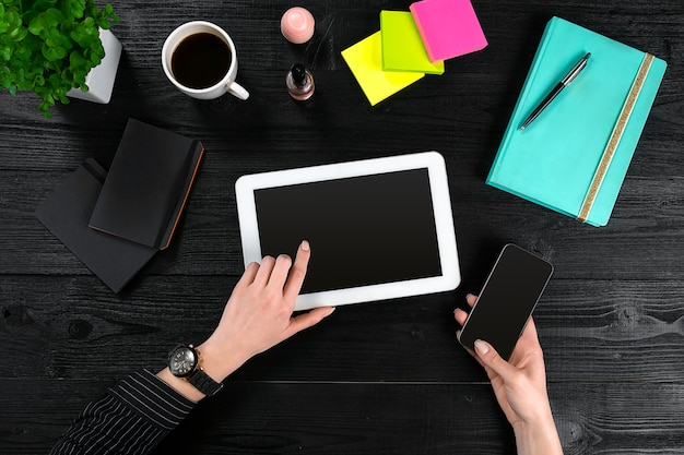 Tablette d'utilisation manuelle sur la vue de dessus de table de bureau