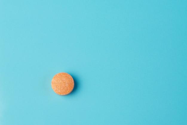 Tablette de vitamine c sur un bleu