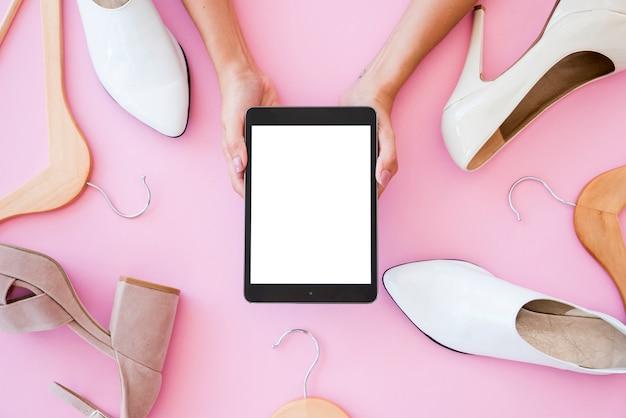 Tablette vue de dessus entourée de chaussures