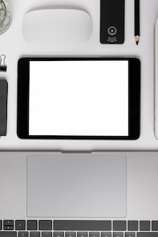 Tablette vue de dessus près de la maquette d'un ordinateur portable