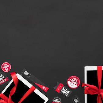 Tablettes blanches avec rubans rouges entre les étiquettes