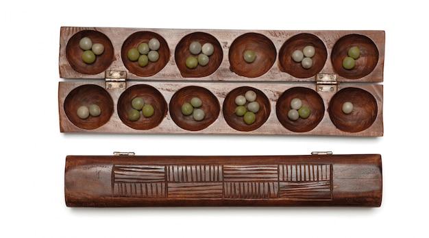 Les tablettes en bois du jeu africain awale sont des graines