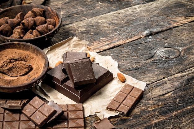 Tablettes de chocolat aux truffes et cacao en poudre