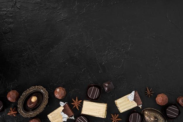 Tablettes de chocolat enveloppées et bonbons avec espace de copie