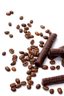 Tablettes de chocolat et grains de café sur fond blanc