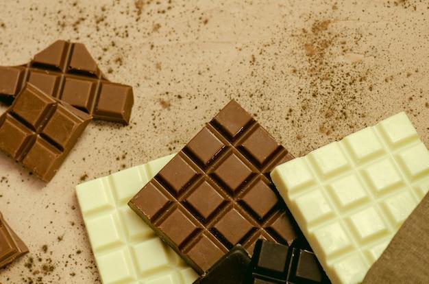 Tablettes de chocolat noir, lait et blanc. vue de dessus avec espace copie