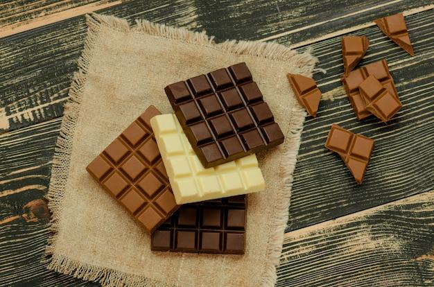 Tablettes de chocolat noir, lait et blanc.