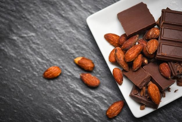 Tablettes de chocolat avec noix d'amandes