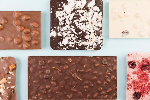 Tablettes de chocolat avec noix et baies