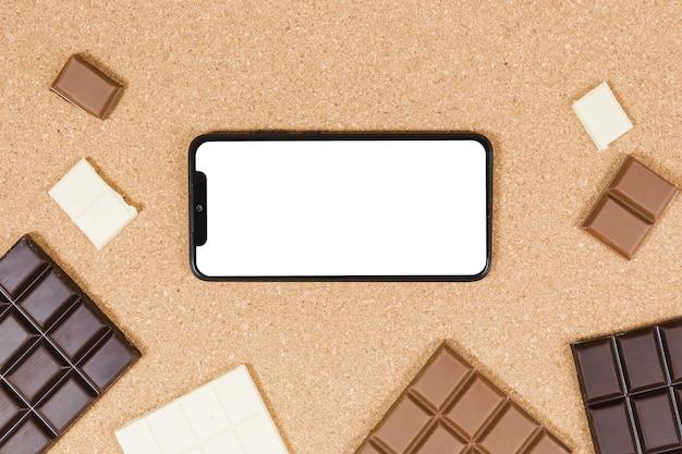Tablettes de chocolat vue de dessus avec smartphone
