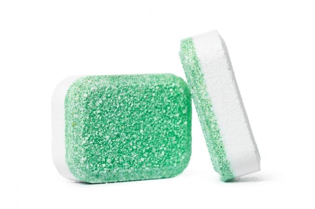 Tablettes pour lave-vaisselle sur fond blanc