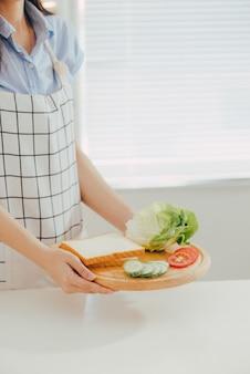 Tablier femme préparant un petit déjeuner dans la cuisine