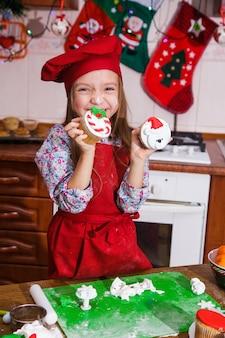 Tablier rouge festif dîner de fête de noël dessert cupcakes à la menthe poivrée crème au sucre sucre arrosage décoration