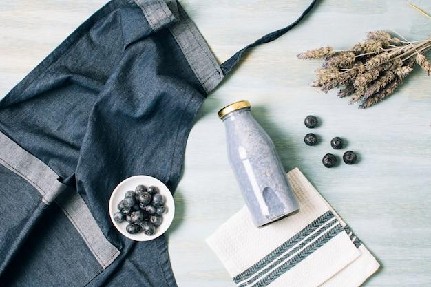 Tablier et smoothie bleu