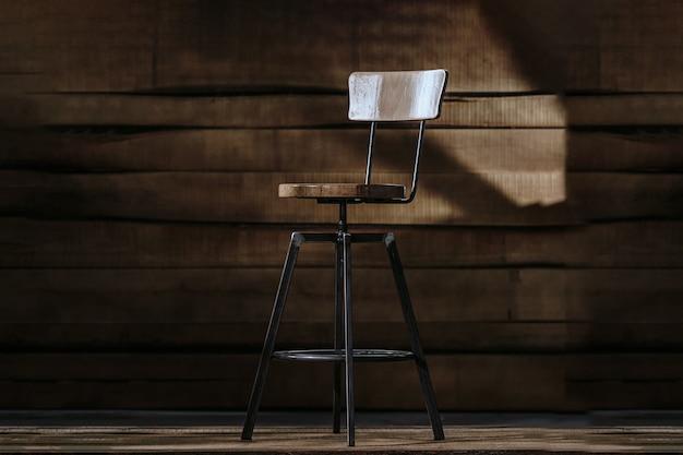 Tabouret de bar haut sur fond de bois