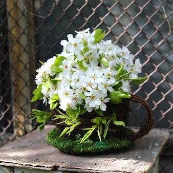 Tabouret décor de belles fleurs blanches pommier