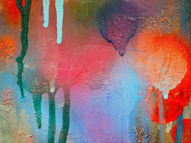 Une tache de peinture multicolore sur le carton. abstrait coloré.