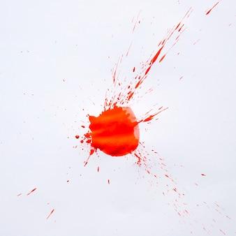 Tache de peinture rouge vif sur blanc