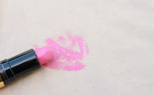 Tache de rouge à lèvres sur la chemise