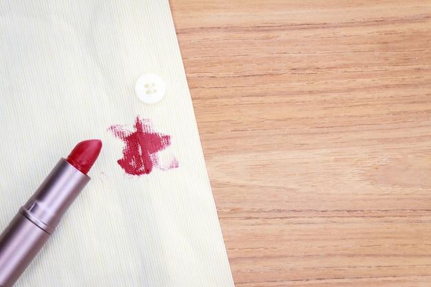 Tache de rouge à lèvres sale sur la chemise