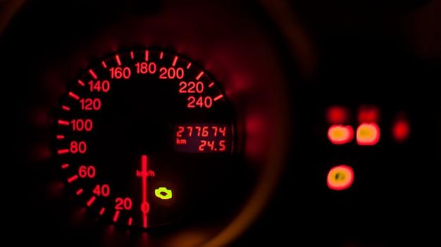 Tachimetro illuminato di una famosa automobile italiana con spia di avaria motore accesa.