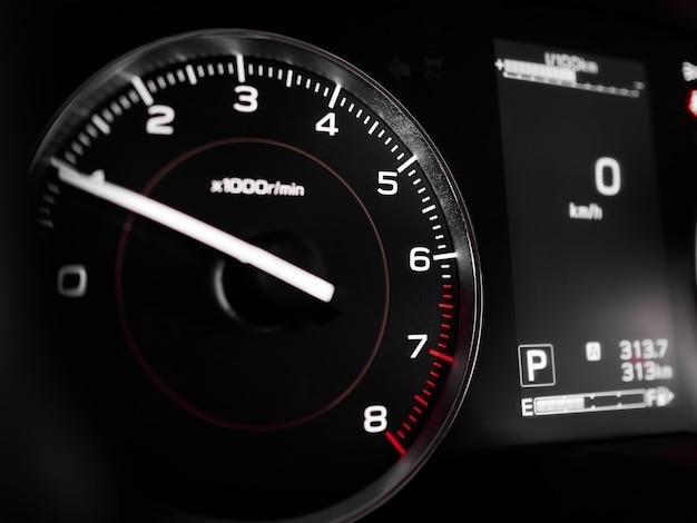 Tachymètre rpm et gros plan d'affichage sur le tableau de bord à l'intérieur de la voiture moderne