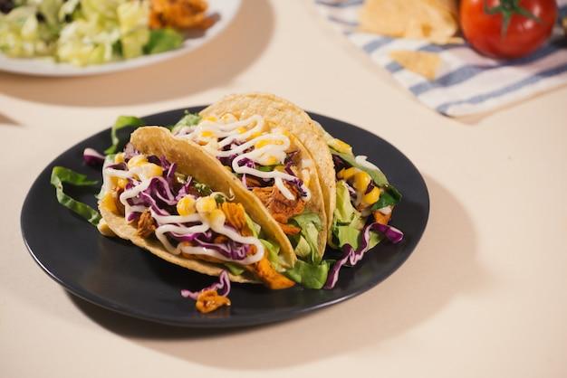Taco mexicain traditionnel avec de la viande et des légumes. cuisine latino-américaine.