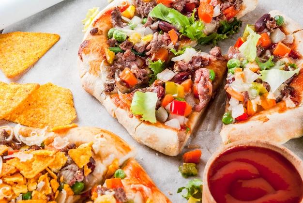 Taco pizza mexicain fait maison avec croustilles nachos, haricots, légumes frais, viande de boeuf,