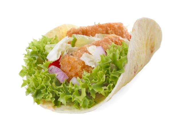 Taco de poisson délicieux avec de la laitue isolé sur blanc