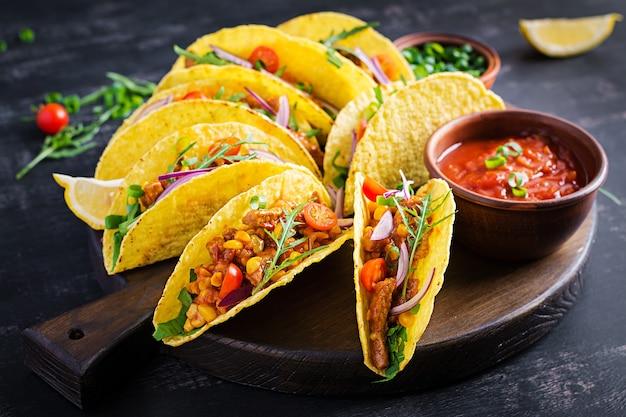 Taco. tacos mexicains avec viande de bœuf, maïs et salsa. cuisine mexicaine. copie espace.