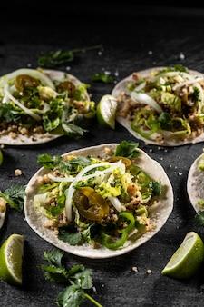 Tacos à angle élevé et arrangement de citron vert