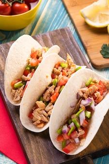 Tacos à angle élevé sur planche de bois