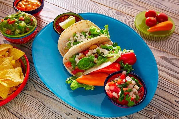 Tacos au poisson, nourriture mexicaine, guacamole, nachos et piment