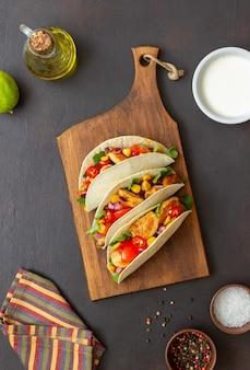 Tacos au poulet, tomates, maïs et oignons. nourriture mexicaine. fast food.