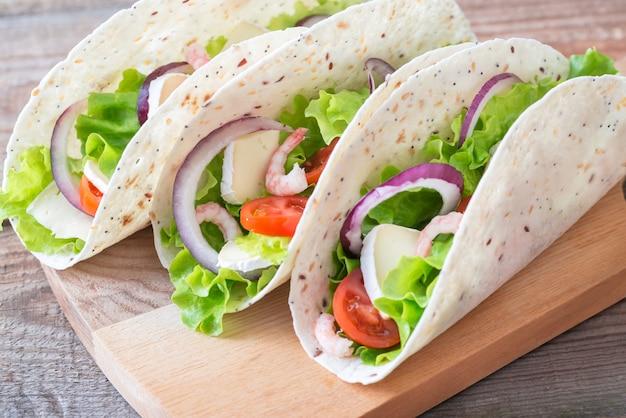Tacos aux crevettes, brie et légumes frais