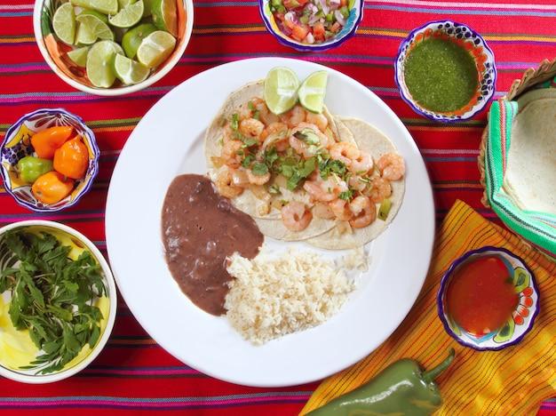 Tacos aux crevettes, sauces chili au riz et frijoles