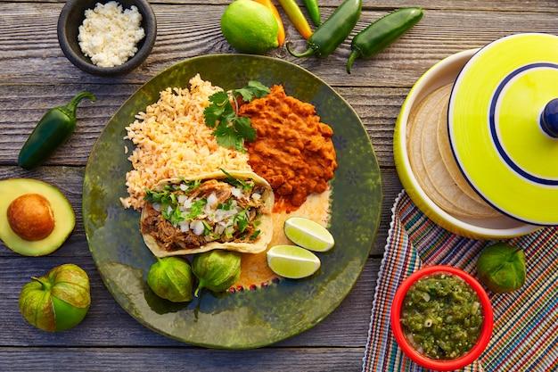 Tacos de carnitas mexicaines avec salsa