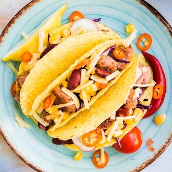 Tacos avec du remplisseur de viande sur la plaque