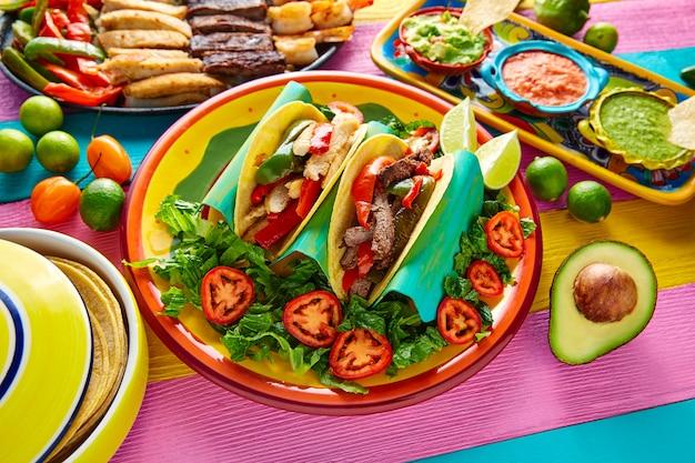 Tacos de fajitas au poulet et au bœuf mexicains
