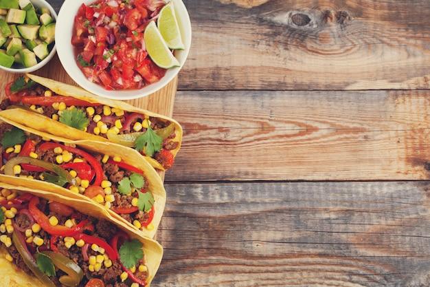 Tacos mexicains au bœuf haché, aux légumes et à la salsa.