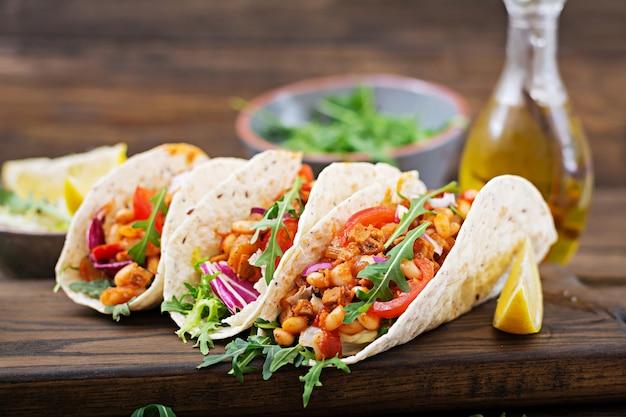 Tacos mexicains au bœuf, haricots à la sauce tomate et salsa