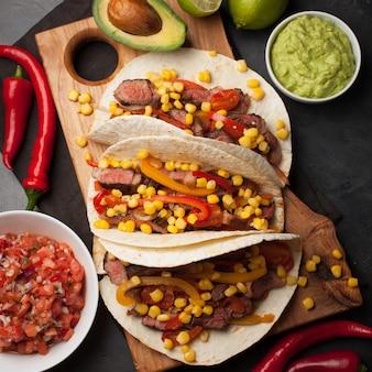 Tacos mexicains au bœuf marbré et aux légumes.