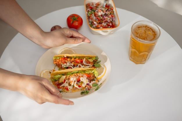 Tacos mexicains authentiques avec de la bière. tacos mexicains avec viande hachée, boeuf, haricots, oignons et salsa