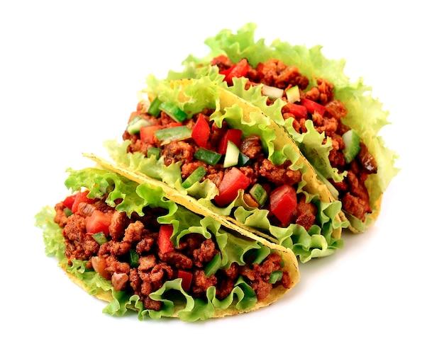 Tacos mexicains aux légumes sur fond blanc.