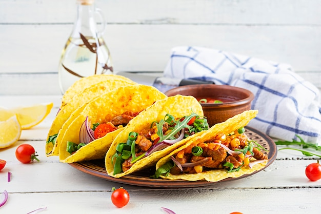 Tacos mexicains avec tortilla de maïs et viande sur table en bois