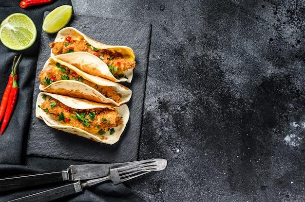 Tacos mexicains traditionnels avec de la viande et des légumes. vue de dessus. espace copie