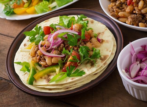 Tacos mexicains avec viande, haricots et salsa