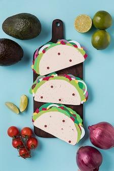 Tacos en papier vue ci-dessus sur planche de bois