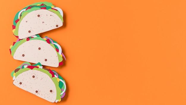 Tacos en papier vue de dessus sur fond orange