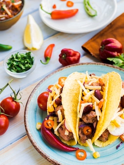 Tacos posés sur le bureau près des légumes